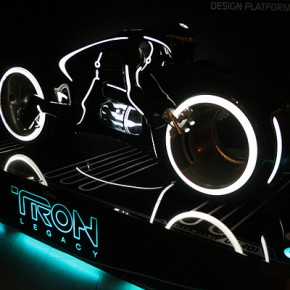 TRON Lightcycle in der CONTAIN Gallery